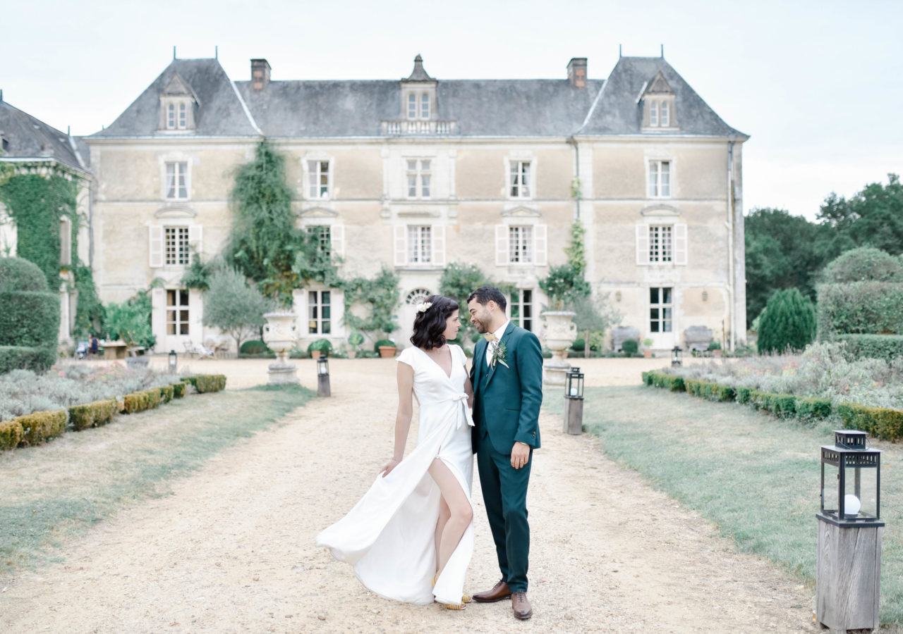 Mariage Château Chambiers Photographe Le Mans Angers Nantes Tours Paris Bordeaux Loire Castle Photographer Hourcq Photographer International wedding bride Provence Italia Glamour Bohème chic raffiné Cérémonie Laique Photo Fine Art Shooting couple en amoureux sur le front du château de Chambiers Durtal