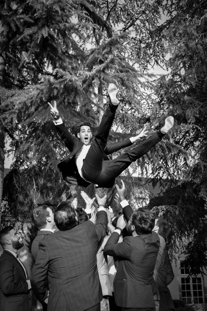 Loire Castle Photographer Mariage Château Vaudère Hourcq Photographe Angers Nantes Paris wedding Fine art Glamour Bohème chic raffiné shooting couple Cérémonie Laique Photo Fun groom jump