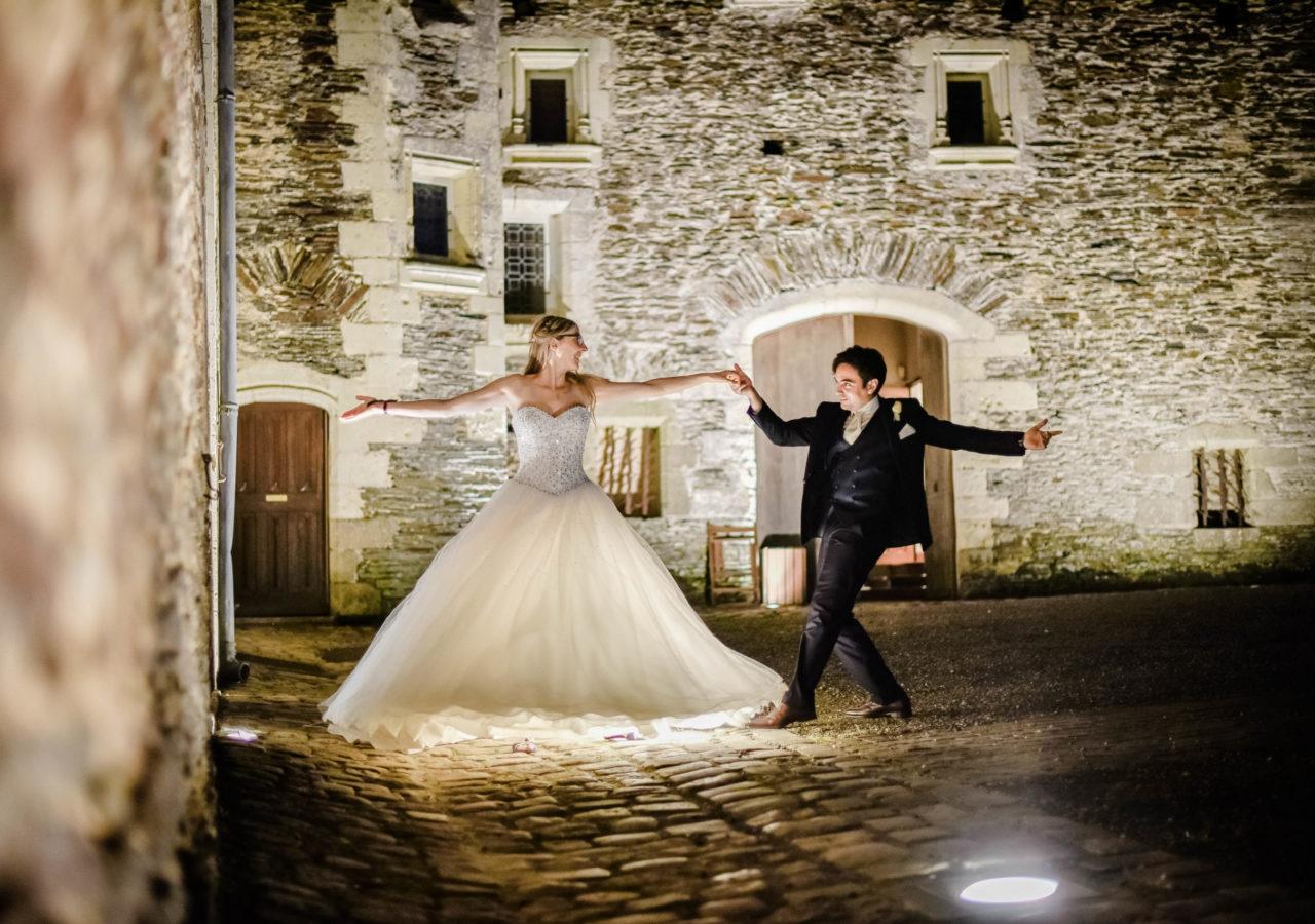 Loire Castle Photographer Mariage Chateau Jousselinière Hourcq Photographe Angers Nantes Paris wedding bouquet de la mariée shooting couple sunset